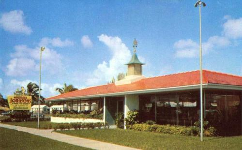 Howard Johnsons Restaurant, late 1950s postcard